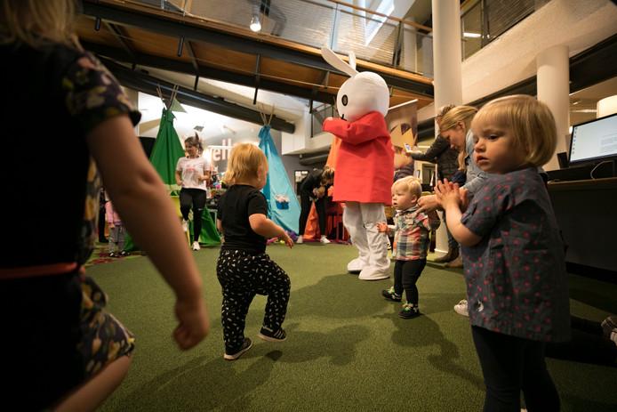 Kinderen dansen met Nijntje in de bibliotheek in Valkenswaard.