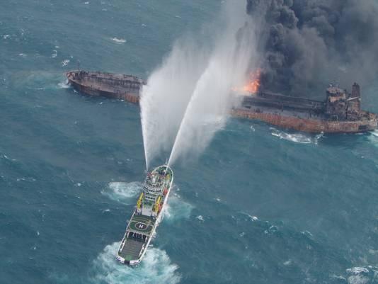 Weglekkend condensaat gaat een chemische reactie aan met het zeewater, waardoor licht ontvlambaar gas ontstaat.