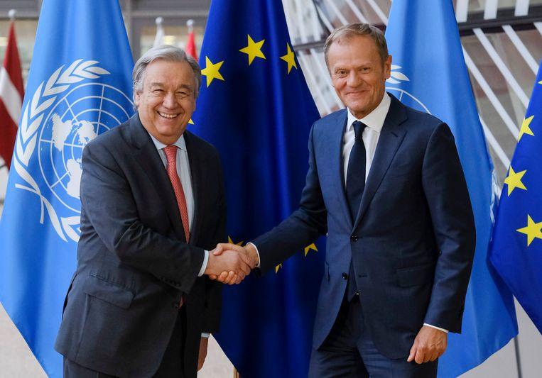 De president van de Europese Commissie Donald Tusk (rechts) schudt de hand van VN-secretaris-generaal Antonio Guterres.