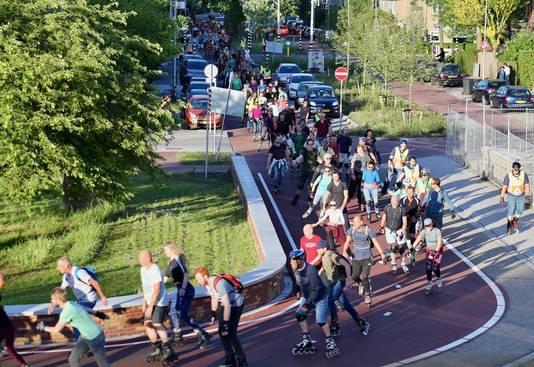 Sfeerbeeld van de lange stoet tijdens Utrecht Skate Parade van vorig jaar.