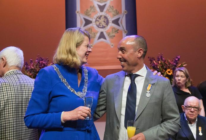 Lintjesregen.Burgemeester Pauline Krikke deelt de koninklijke onderscheidingen uit aan onder andere Ben Lachhab en Marleen Zuijderhout