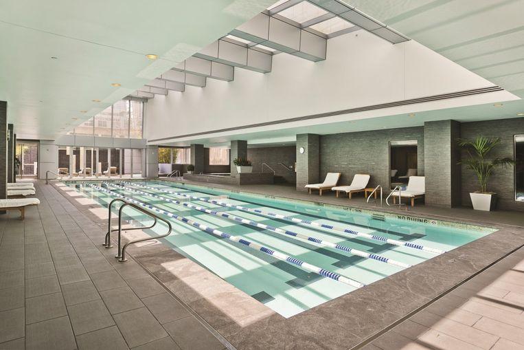 Het binnenzwembad in de Millenium Tower