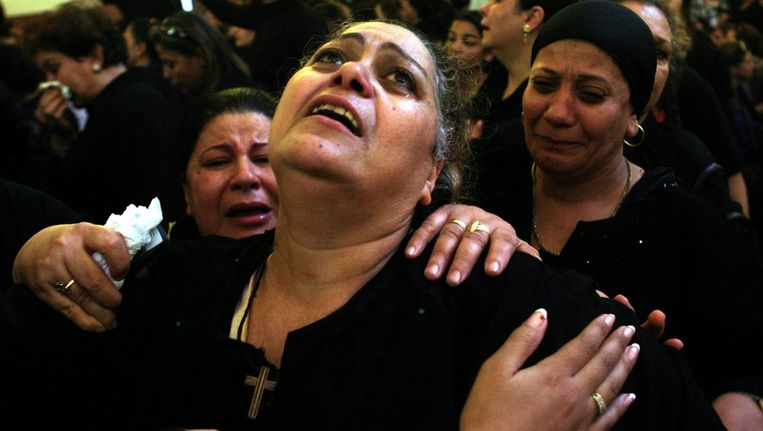 Een koptische moeder rouwt om de dood van haar zoon die bij de onlusten van zondag is omgekomen. © EPA Beeld
