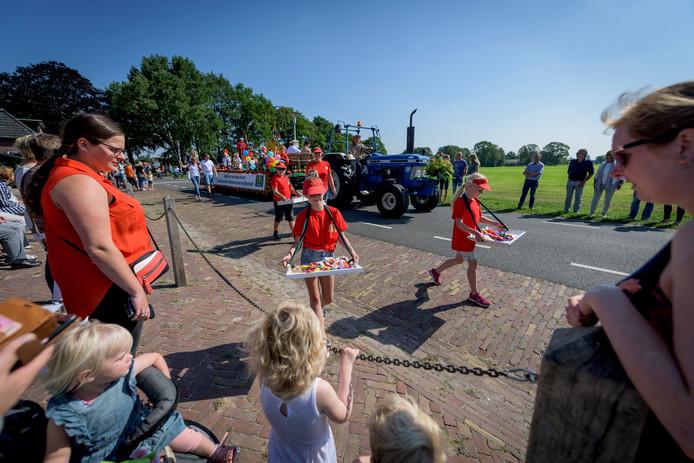 Wagens, fietsen en loopgroepen verzorgden een kleurrijke stoet in Dijkerhoek.