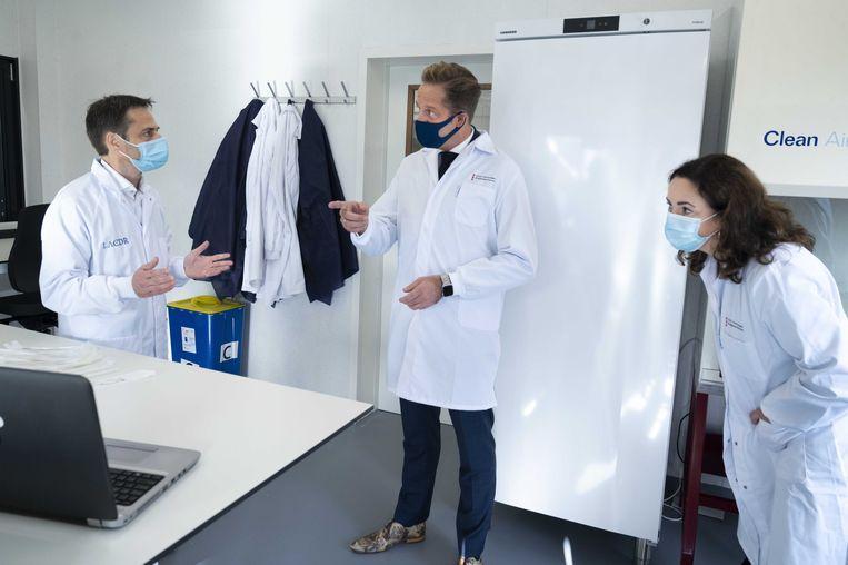 Minister Hugo de Jonge bezoekt een nieuwe testlocatie in Amsterdam-Zuidoost. De GGD gaat hier onderzoek doen naar vier sneltestmethoden. Er zijn nu zes testlocaties geopend in Amsterdam, waar het aantal besmettingen snel oploopt. Beeld ANP
