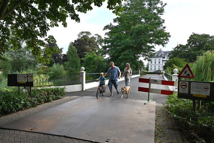 Vrachtwagens mogen niet meer over de brug naar woonzorgcentrum Sint Anna. Het gevolg van overactieve bevers.