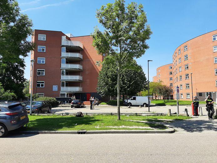 De studentenflat aan de Opaallaan in Hoofddorp, net nadat Miriondy Leuteria daar op 13 juli was doodgeschoten.