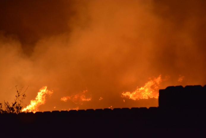De brand in Someren is zondagavond nog hevig.