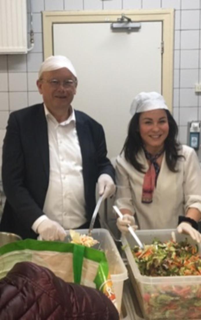 Burgemeester Jan Boelhouwer ging amen met locatiemanager Eva Landa aan de slag als vrijwilliger in de centrale  keuken van AZC Gilze.