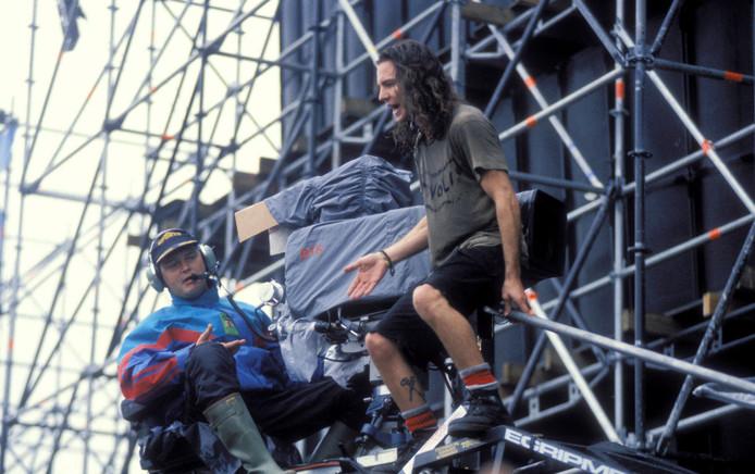 Leadzanger Eddie Vedder van Pearl Jam tijdens het optreden op Pinkpop in Landgraaf op 8 juni 1992. Met het door hemzelf gemaakte T-shirt van Tivoli.
