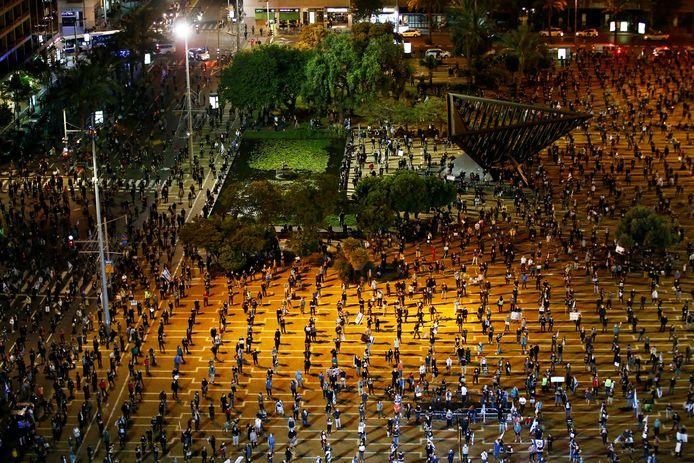 In Tel Aviv hielden demonstranten, die zich tegen premier Netanyahu richtten, afgelopen weekeinde de gepaste anderhalve meter afstand van elkaar.