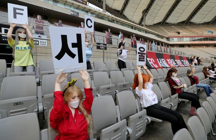 FC Seoul vulde de lege plekken op de tribune in met poppen, die overigens keurig op anderhalve meter van elkaar zaten.