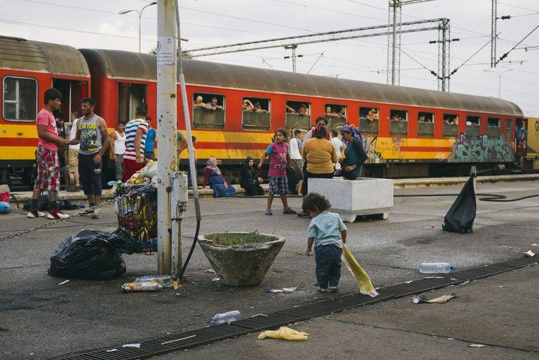 Het station van Gevgelija, op de grens tussen Griekenland en Macedonië, is niet berekend op de ongeveer duizend vluchtelingen uit Afghanistan, Syrië en Irak die hier elke dag arriveren. Ze krijgen drie dagen de tijd om Macedonië weer te verlaten. Beeld Maksymilian Rigamonti