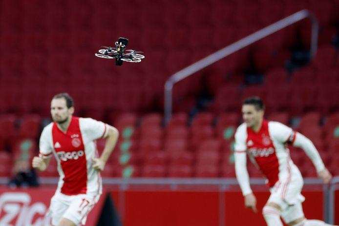 Een drone van televisiezender ESPN filmt te verrichtingen in de Johan Cruijff ArenA.