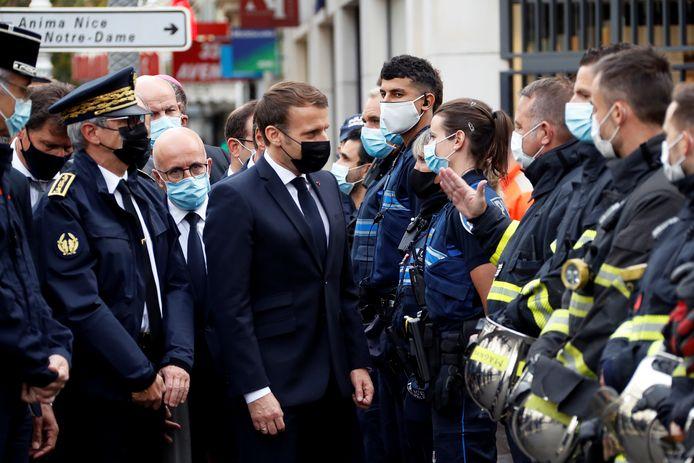De Franse president Emmanuel Macron bezoekt de Notre Dame-basiliek in Nice, waar eerder vandaag drie mensen om het leven kwamen bij een mesaanval.