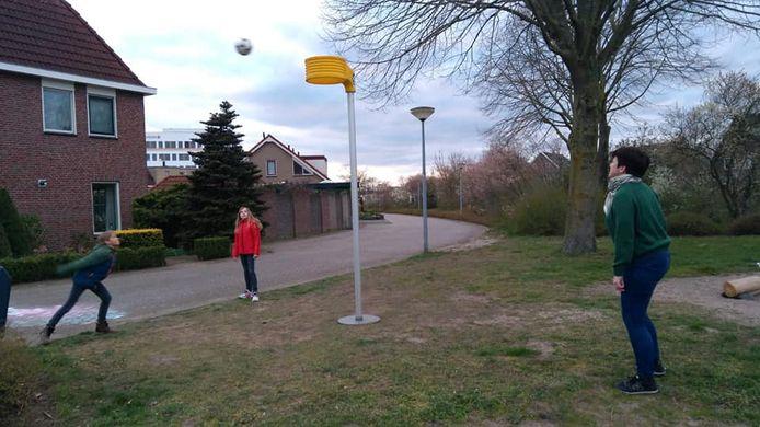 De korfbalpalen van Olympus'58 staan nu op straat en bij leden in de tuin.