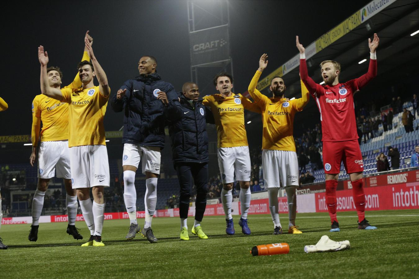 De Graafschap-spelers vieren feest na de overwinning op PEC Zwolle.