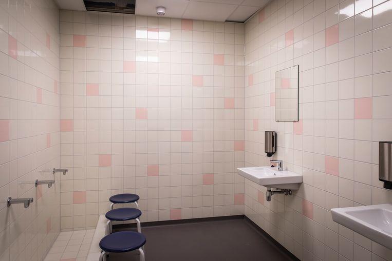 Er zijn gescheiden wasruimtes voor mannen en vrouwen, zodat moslims kunnen bidden. Beeld Dingena Mol