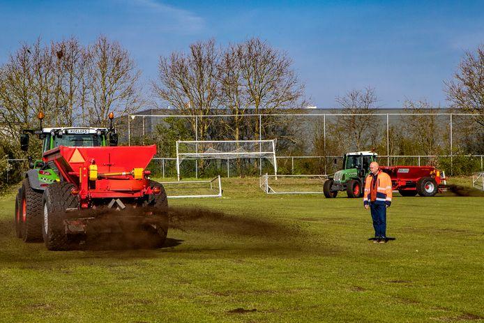 Hans Prinsen beoordeelt namens het Deventer Groenbedrijf de velden van Helios. De onderhoudsbeheerder van de afdeling sport was nog nooit al in april in touw op de regionale voetbalvelden.