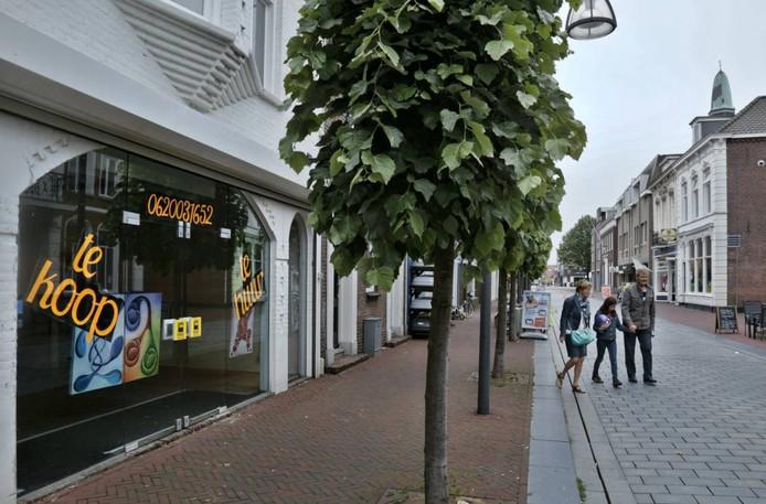 Steeds meer winkels komen leegvte staan in de Waalwijkse Grotestraat.