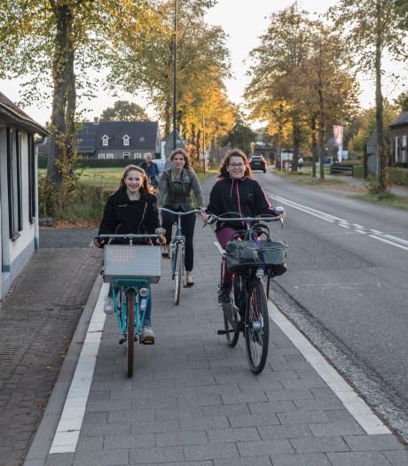 Amy uit De Rips toont wethouder onveilige route naar school