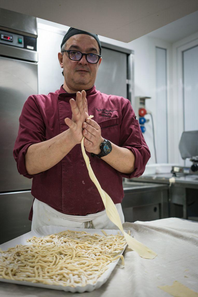 Chef-kok Andrea Lucchese woont in het Vijfsterrengedeelte van Italië en is daar blij mee. 'De burgemeester luistert naar het volk.'  Beeld Zolin Nicola