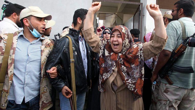 Libische vrouw juicht na het zien van het lichaam van Kaddafi in Misurata. Beeld EPA