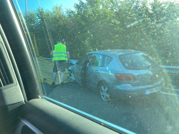 De auto reed tegen de vangrails, raakte zwaar beschadigd en werd getakeld.