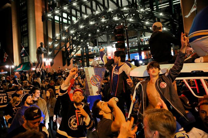St. Louis Blues fans vieren feest bij het eigen Busch Stadium in St. Louis, waar ze naar de uitwedstrijd tegen Boston hebben gekeken.