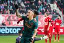 Noa Lang viert één van zijn drie treffers tegen uitgerekend FC Twente.