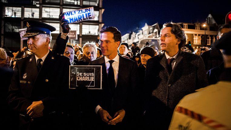 Minister Koenders (r) en premier Rutte op de Dam tijdens de demonstratie tegen de aanslag op Charlie Hebdo. Rutte liep mee met een potlood in zijn hand. Beeld anp