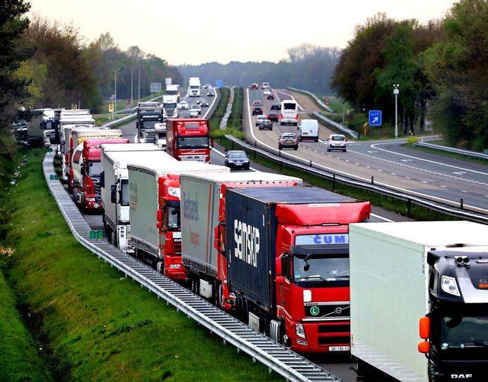 Rond Pasen mochten vrachtwagens Duitsland niet in, en kwam de vluchtstrook van de A67 vol te staan met parkerende trucks.