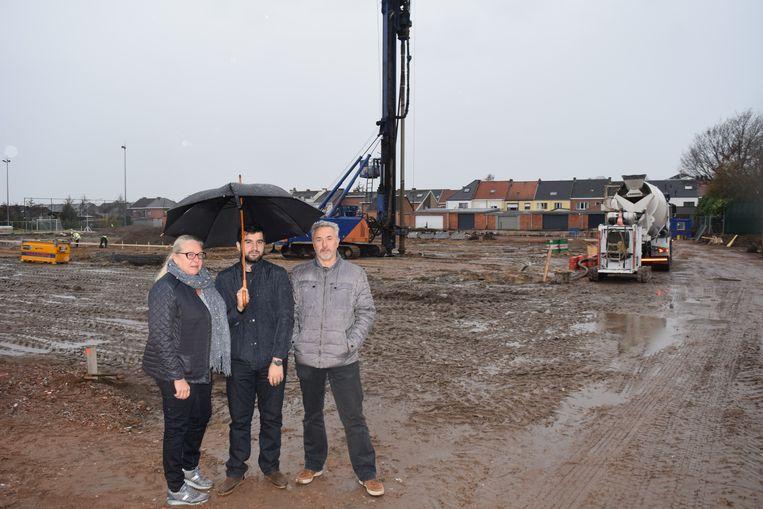 Schepenen Sabine Hoogewys (Open Vld), Serdar Celik (sp.a) en Dirk De Mey (Open Vld) bij de start van de werken aan de nieuwe sporthal.