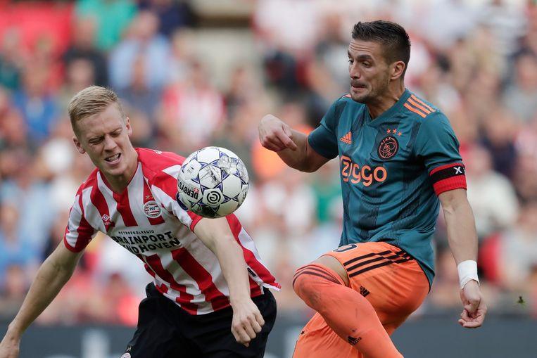 Timo Baumgartl (links) van PSV en Dusan Tadic van Ajax tijdens de wedstrijd PSV -Ajax.  Beeld BSR Agency