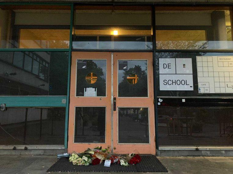 Bloemen voor nachtclub De School: de nachtclub sluit de deuren. Beeld Het Parool