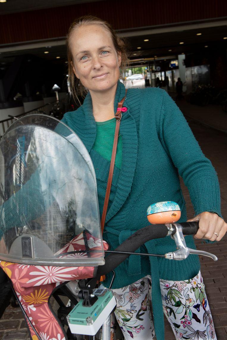 Claar Schouwenaar coördineert voor de provincie Utrecht het project 'Snuffelfiets'. Zelf heeft ze ook een kastje met meetapparatuur aan haar fiets. Beeld Maarten Hartman