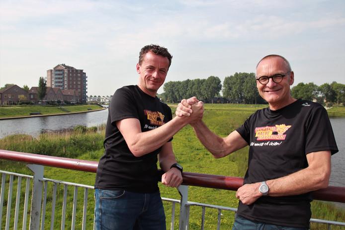 Christiaan Kuiper (links) en Egbert Meilink op de Prinses Amaliabrug over de Vecht. Zaterdag passeren de deelnemers van de 5 km-loop hier kort na de start.