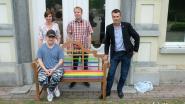 """Holebivereniging schenkt 'regenboogbank' aan WZC Maria Boodschap: """"Iederéén moet zich hier thuis kunnen voelen"""""""