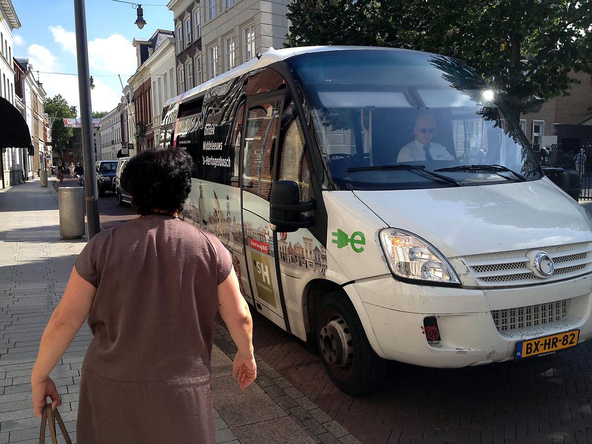 Mevrouw Karyan baalt er van dat de elektrische bussen mogelijk verdwijnen.