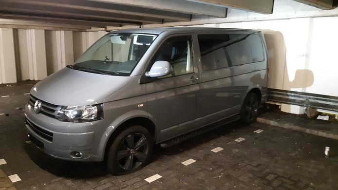 De Volkswagen Transporter, gevonden in een parkeergarage bij Hoptille in Zuidoost.