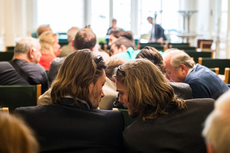 Projectontwikkelaar Eddy Leemans (links) tijdens de openbare verkoop van de Nationale Bank in 2014. Hij kocht het gebouw voor 7.025.000 euro.