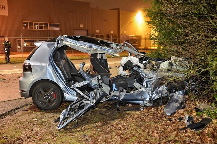 De auto raakte flink beschadigd bij het ongeluk op de kruising van de Rielseweg en Clara Zetkinweg in Tilburg.