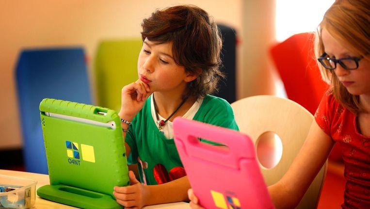 Lesprogramma's op de tablet kunnen goed aansluiten op de belevingswereld van kinderen. Beeld anp