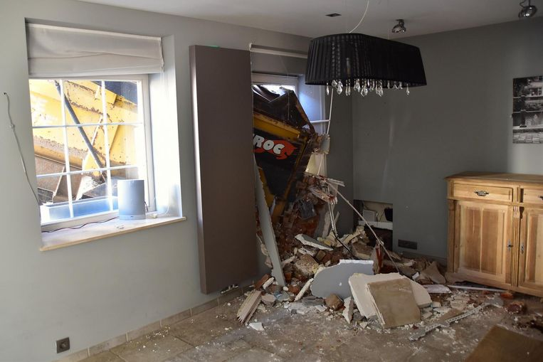 De schade in de woonkamer werd erg duidelijk na het weghalen van wat meubilair.