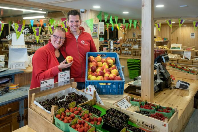 Carisia en Kees 't Jong tonen de streekproducten in hun streekwinkel De Lingegaerdt in Elst.