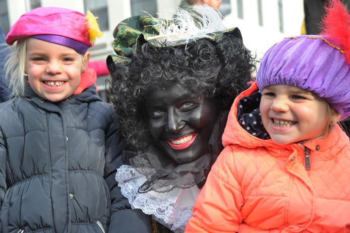 Mae (links) en Nola gaan in Vlissingen graag op de foto met piet.