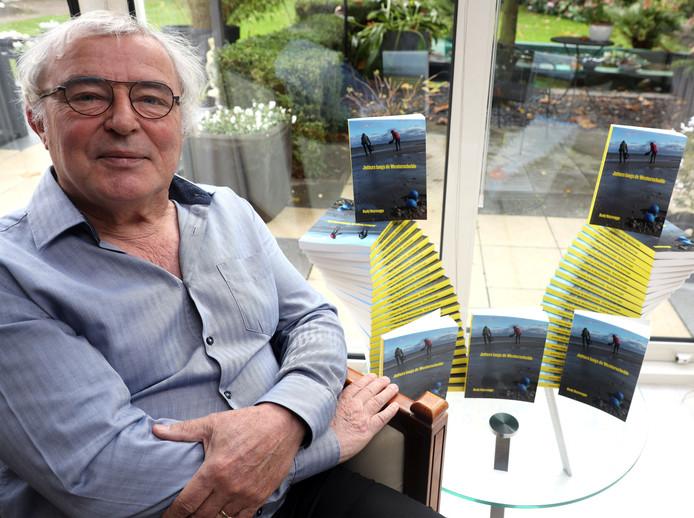 Schrijver Rudy Buijsrogge met een opstelling van zijn nieuwe boek.