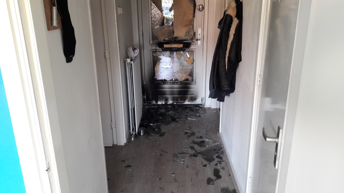 De brand bleef beperkt tot de hal. Brandweermannen moesten de voordeur forceren.
