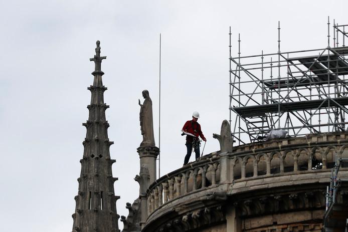 Het zwaarbeschadigde dak van de Notre-Dame wordt waterdicht gemaakt om het te beschermen tegen aanstaande regenbuien.