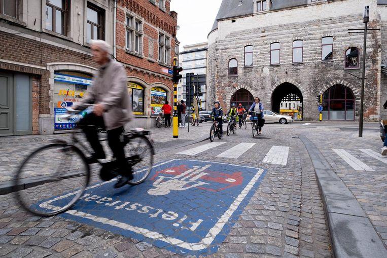 De fietsstraat in de Hoogstraat. Zo komen er een flink aantal bij.